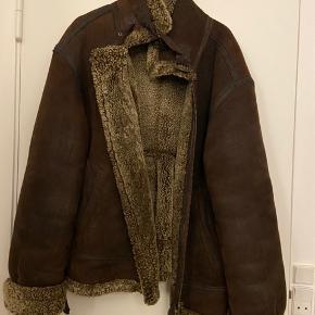 Rigtig flot og unik vintage shearling jakke i ægte lammeskind og for. Fejler intet!