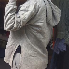 Sweatshirt fra H&M. Fejler intet :)  Lidt stor i størrelsen.