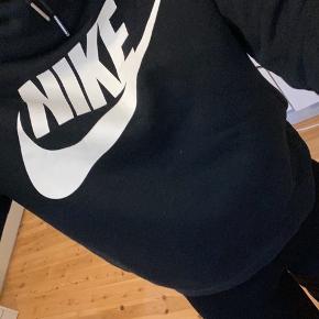 Nike sweater med en lidt høj hals, den er brugt få gange.