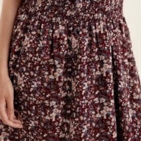 Blomstret kjole fra ICHI. Kun prøvet på.  En stor medium.