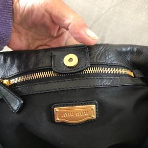 Ægte Miu Miu Matelasse taske.   Sælger den flotteste taske jeg har haft. PRISEN  ER  FAST  -  ikke til forhandling. Længde:  47 cm. Højde:  34 cm,,    Bredden:  er svær at måle, da den er stor og rummelig.  Den kan indeholde meget. Læder er meget blødt, Matelasse læder. Sælger ikke nogen form for kopi eller uoriginale ting! Ønsker ikke at besvare om den er ægte / original. Kvit. haves ikke mere. Evt porto / forsendelse pålægges.