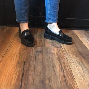 Jeg har lagt såler i skoen da de er for store til mig.