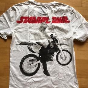 T shirt i en stor small  Har 1 plet