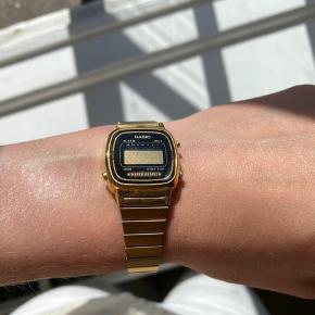 Lille fint CASIO ur i guld. Uret har lidt brugsspor og skal have nyt batteri - derfor den lave pris - men fejler ellers intet ✨