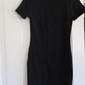 Helt ny basic kjole i Jersey stof/stræk fra H&M. Den har bare hængt på en bøjle og er som ny.