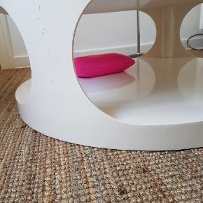 SÆLGES I HURTIG HANDEL 💥🙋♀️ Fedt designer bord / sofabord i lounge- stil. Hvid højglans.   Måler 90cm i diameter højde ca 39cm.  Super flot!  Har overfladeridser / patina. Sælges derfor billigt  OBS: KUN AFHENTET ( Aalborg  C) at to stærke mandfolk❗ Vejer nok 80kg el.lign  ...OG indenfor 10 dage pga flytning1