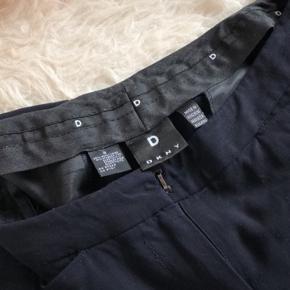 Fine vintage business bukser fra DKNY i mørkeblå Sælges da de er blevet for små, passer en str small