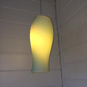 Glaslampe, hvid udenpå og grøn indeni.  Ca 30 cm
