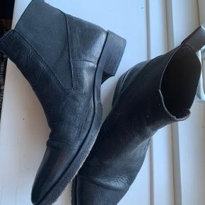 Flotte støvler i sort læder. Brugt 5-6 gange.