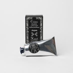 Lækker fugtgivende håndcreme med 100% naturligt sheasmør. Produceret i Frankrig. 75 ml. Opbevares uden for børns rækkevidde.