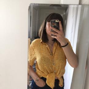 Fin genbrugsskjorte i gul med søde blomster - ses her på str. M🌼