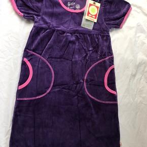 Sød ny velour kjole med lommer, som min datter ikke fik brugt - stadig med mærke. Str 128.   Mp 140pp