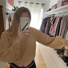 Beige sweater fra Na-kd med ballon ærmer  Aldrig brugt   Tjek mine andre annoncer ud☺️ Jeg sælger en masse forskelligt tøj, sko og tasker.  Der gives mængderabat🌸