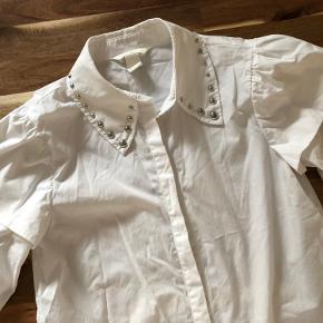 Super udsalg.... Jeg har ryddet ud i klædeskabet og fundet en masse flotte ting som sælges billigt, finder du flere ting, giver jeg gerne et godt tilbud.............. 😀😀😀😀😀😀😀😀  * Smart skjorte str 34= S