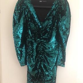 Fantastisk kjole som desværre er lille i størrelsen. Aldrig brugt, grøn/sorte pailletter. Pailletkjole, galla, cocktailkjole