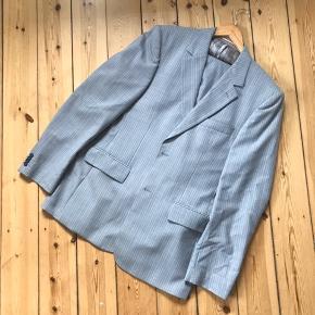 Matinique jakkesæt i lysegrå med lyserøde pinstripes. Jakke str. 54, bukser str. 52. Har enkelte meget små pletter som måske kan komme af i rens 🌼