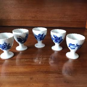 Blå Blomst æggebæger.  Produceret på Den Kgl. Porcelænsfabrik  fra 1779.   5 stk. Perfekte og helt fejlfri.  Pris 200 pr stk