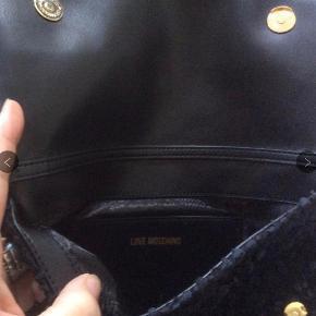 """Love Moshino måler 28 x 16 cm. Lille inderlomme. Lille smuk taske af det fineste plys,  Lang 120 cm """"guld""""rem. Np 945 kr"""