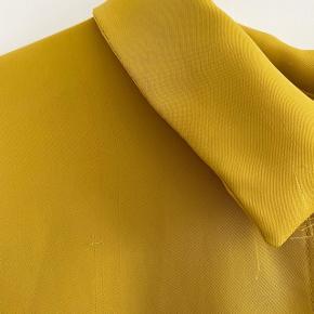 H&M satin bluse i gul, den har nogle små tråd udtræk som ses på billederne, man kan næsten ikke se dem i virkeligheden   størrelse: 44 ( jeg er s/m og passer den som ses på billederne )   pris: 65 kr   fragt: 39 kr ( 37 kr ved TS handel )