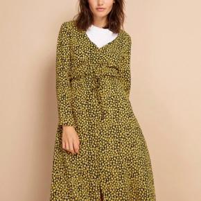 Super smuk kjole fra Envii! Med knapper og bindebånd i taljen🌼