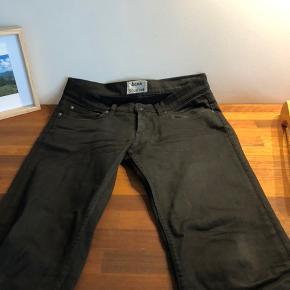 Super lækre ACNE studios bukser! De er virkelig dejlige at have på, og super lækker kvalitet! Størrelse 30/34 Desværre er syningerne i den ene side af tagget gået op, og de har en smule slid bagpå ( se sidste billede ) 💙💙💙💙