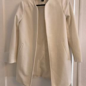 Hvid jakke fra H&M. Aldrig brugt har bare hængt i skabet i et par år. Nypris var 350kr. BYD gerne, køber betaler selv for fragt hvis det skal sendes.