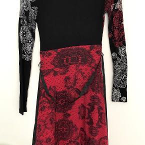 - Tryk på billedet, for at se hele billedet -  Fin kjole i rigtig god stand, den kommer fra et røgfrit hjem.
