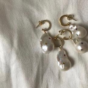Store flotte øreringe med barok / ferskvandsperler pyntet med små sten. Laves både i forgyldt Sterling sølv og Sterling sølv, og kan godt ændre farverne på stene. For flere smykker @cph.beads - obs Ferskvandsperlerne variere i udsende da det er en naturlig sten🌸