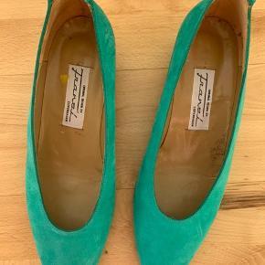 Virkelig flotte vintage sko med lille hæl. Ruskindslignende materiale i flot turkis/grøn/blå-farve. Sælges kun fordi de er en smule fur små til mig.
