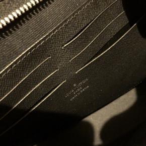 Louis Vuitton Pochette Voyage MM monogram eclipse. Står som ny.  Købt i Louis Vuitton København 2016.  Kvittering, dustbag og æske medfølger.   Nypris 3.750 Sælges for 3.000 Er i dag steget til 4.450