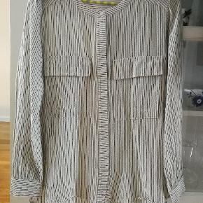Rigtig flot skjorte! Brugt og vasket skånsomt 2 gange. Fejler ikke noget.  Nypris 1599 kr.  Egentlig str 42, men svarer til str 38.
