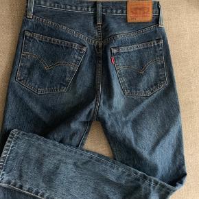 Str. 25/32 Super flotte jeans, som kun er brugt få gange. Købt på Levi's hjemmeside sidste år til omkring 1.200 kr. Super fine!  BYD gerne!