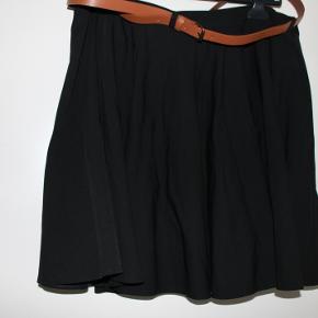 Sød nederdel med plads til bælte. A-form, flot kvalitet.