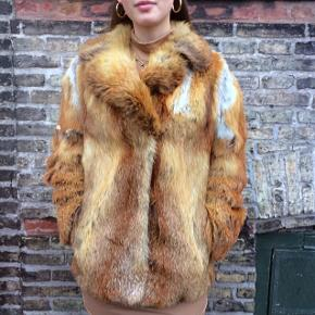 """Den flotteste ræve pels verden endnu har set.  Jeg sælger denne rævepels jakke da den desværre er ret slidt og trænger til en hjælpende hånd.  Jeg er ikke selv klar til at få den """"renoveret"""", så leder efter en der vil tage den under dens vinge.  Jakken har flere forskellige steder, som ses på billederne, huller, og derfor sælges så billigt."""