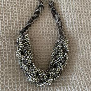 Smuk stor halskæde sælges. Perfekt til jule- og nytårstid! Hvis varen skal sendes, betaler køber fragten.