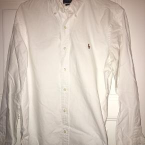 Super fin skjorte som er brugt få gange. Modellen er slim fit.