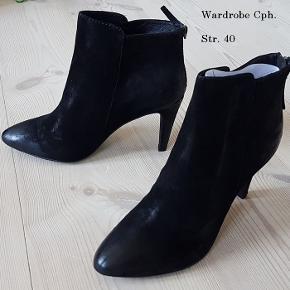 Flotte Cph Wardrobe, ubrugte støvler i sort læder, nye i org. æske, str. 40.  Hælen er 9,5 cm. på det højeste.  Værdi 1700 kr. Pris: 300 kr eller fair i pris i nærheden.  Kan sendes eller afhentes på Frederiksberg.