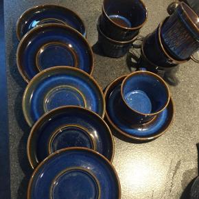 Søholm stentøj i smukke blå farver.  6 kopper og underkopper haves.  Prisen pr sæt er 65 kr. I alt 390 kr.