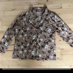Pyjamas str L, brugt en gang😊Sender med Dao for 38 kr  BYTTER IKKE😊