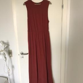 Smuk, lang jerseykjole i rusten lerfarve fra H&M. Kun brugt en enkelt gang.
