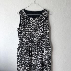 Super smuk kjole med lommer og lynlås i siden. Str L i spanske størrelser, men passer en pige på 12-13 år.