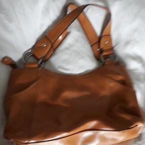 Skøn håndtaske fra Nine West. Handler gerne MobilePay og sender med DAO. #30dayssellout