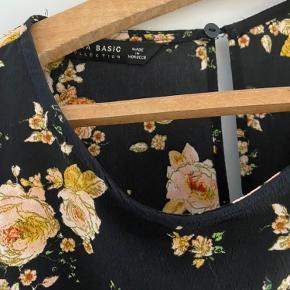 Fin shortsdragt som ligner kjole. Der er lynlås i ryggen