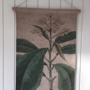 Vægbillede i stof med botanik motiv. Måler 70 x 49,5 cm. Hænges op med snor som kan forkortes. Det er aldrig brugt. Kom med et bud.