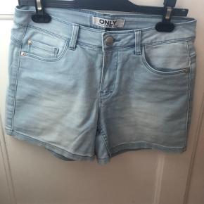 Shorts fra only i M - farven er lyseblå i denim stof i mega blødt stof   66 % bomuld 32 % polyester  2 % elastan