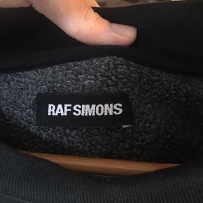 Dejlig sweater fra Raf Simons Gradient hvor den fader over i sort fra en meget mærk grøn! Ingen flaws