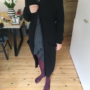 Flot lang sort cardigan af god kvalitet