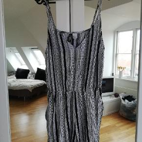 Egentlig en størrelse 40, men den er krympet lidt i vask. Justerbare stropper. Byd! #30dayssellout