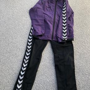 Hummel træningsdragt med lilla jakke og sorte bukser i str. 152.  Prisidé dkk 100,00 - kom gerne med et seriøst bud.  Forsendelse med DAO dkk 36,95
