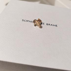 Overvejer at sælge min Sophie Bille Brahe ørering hvis rette bud opnåes. Øreringen er formet som en søhest og er i 18 karat guld med diamant. Sælges for 4000,-.  Skal afhentes på Amager. Bytter ikke og ønsker kun seriøse henvendelser.
